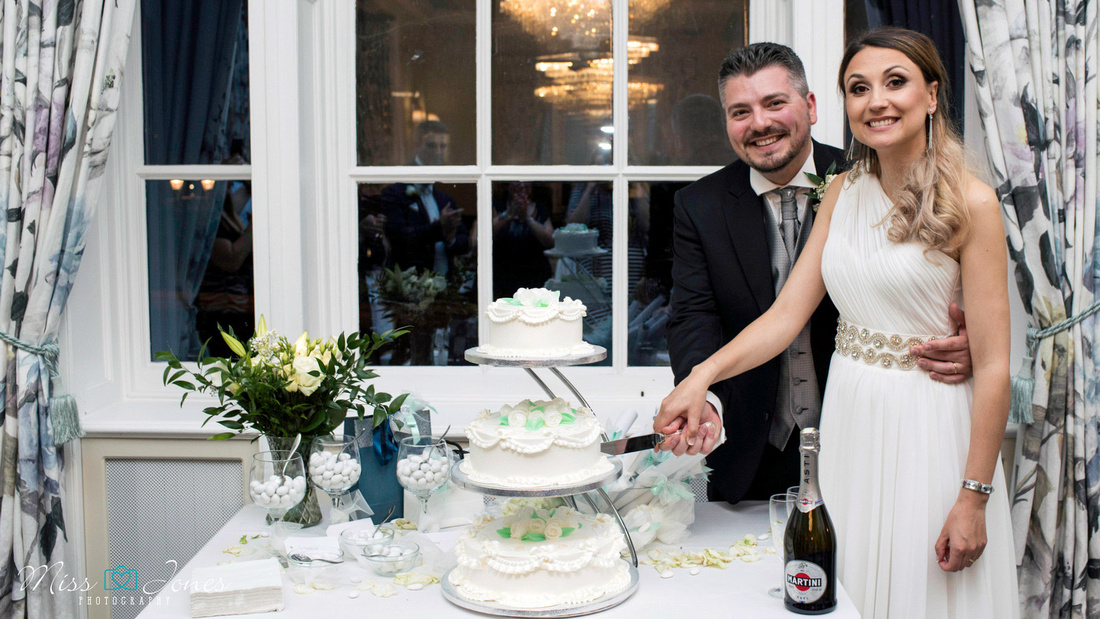wedding couple cutting cake at The Swan Hotel Bedfordshire